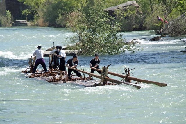 Archivo - Descenso de nabatas por el río Gállego.