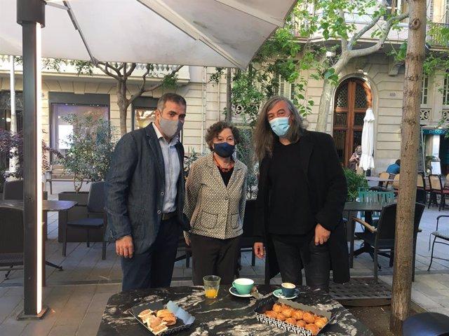 Els escriptors Francesc Serés, Maria Barbal i Gerard Quintana, en un esmorzar de Sant Jordi.