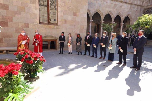 Benedicció de roses al Palau de la Generalitat amb l'assistència dels consellers de Junts i de l'expresident del Govern Artur Mas.