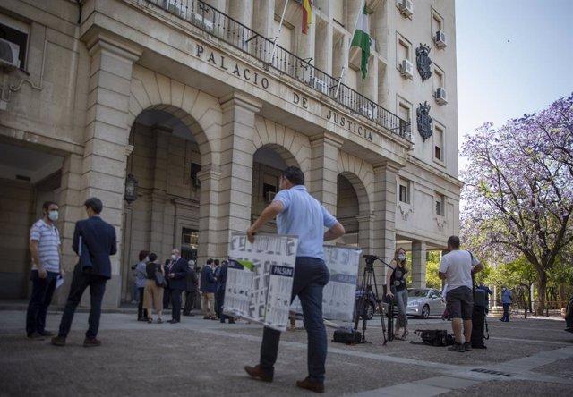 Archivo - Operarios descargan mamparas  de cristal individuales,como medida de seguridad en las salas de vistas. En la Audiencia Provincial de Sevilla (Andalucía,España), a 22 de mayo de 2020.