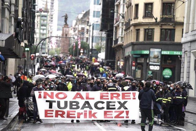 Varias personas participan en una manifestación contra el ERE planteado por Tubacex, a 11 de abril de 2021, en Bilbao, Euskadi (España). La plantilla de Tubacex ha vuelto a manifestarse en Bilbao contra los 129 despidos recogidos en el Expediente Regulado