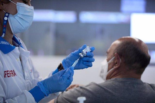 Una persona recibe la vacuna contra el Covid-19 en el dispositivo puesto en marcha en las instalaciones del Wanda Metropolitano, a 16 de abril de 2021, en Madrid (España). Esto se produce al mismo tiempo de la advertencia realiza por el viceconsejero de S