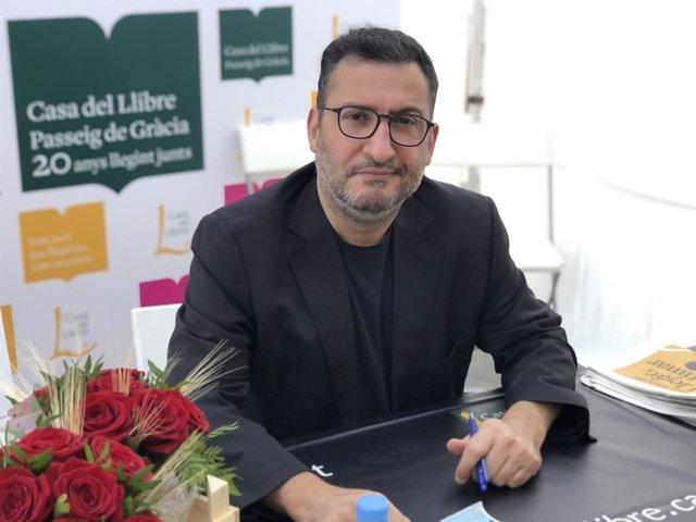El periodista i productor de televisió Toni Soler signa llibres aquest divendres 23 d'abril al Passeig de Gràcia de Barcelona, en motiu de la diada de Sant Jordi.