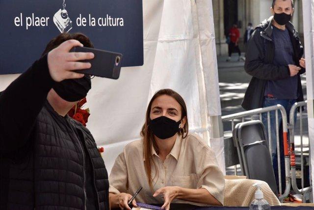 La escritora Irene Solà se toma un selfie con un lector en Sant Jordi