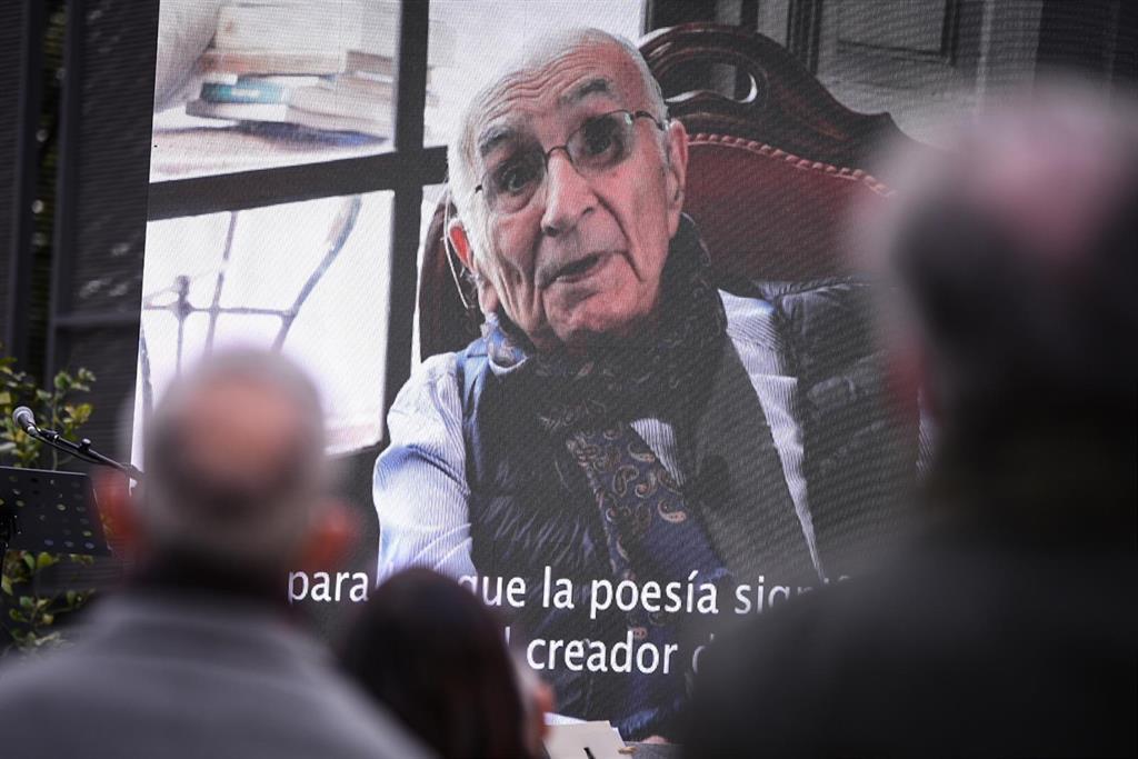 """Uribes anuncia que la entrega del Premio Cervantes a Brines será en Oliva (Valencia) con los Reyes y """"pronto"""""""