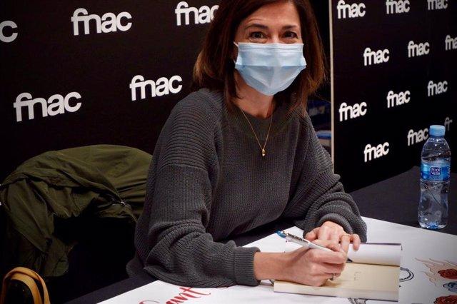 L'escriptora Marta Orriols signa llibres per Sant Jordi.