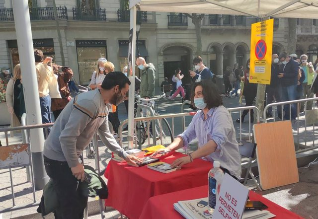 Manuel Jabois signa llibres per Sant Jordi.