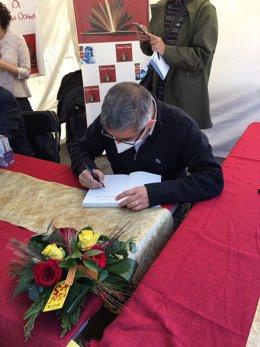 L'escriptor Jordi Amat signa llibres per Sant Jordi.