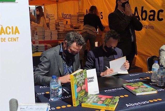 Els germans Torres signen llibres per Sant Jordi.