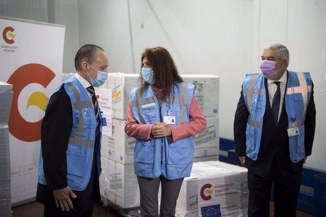 La secretaria de Estado de Cooperación Internacional, Ángeles Moreno Bau, el director de AECID, Magdy Martínez Solimán,  y el embajador de Brasil en España, Pompeu Andreucci Neto, con la ayuda enviada a Brasil