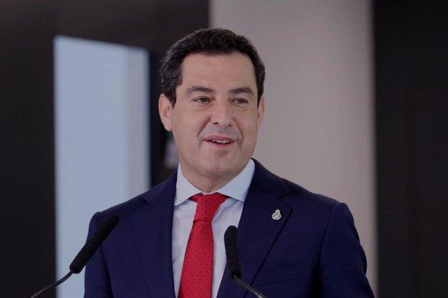 El presidente de la Junta de Andalucía, Juanma Moreno, este viernes en Almería en la inauguración del centro de salud Casa del Mar.