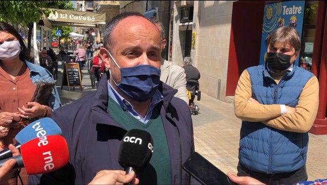 El president del PP català, Alejandro Fernández, en declaracions als mitjans a Tarragona amb motiu de Sant Jordi.