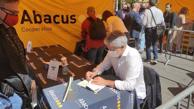 El periodista i escriptor Albert Om signa llibres per Sant Jordi.