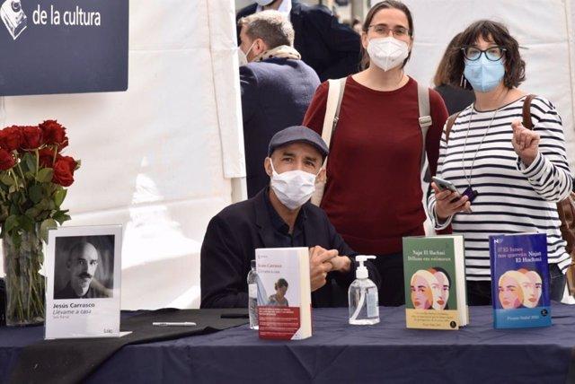 El escritor Jesús Carrasco en la firma de libros por Sant Jordi