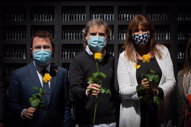 El vicepresidente de la Generalitat, Pere Aragonès; el presidente de Òmnium, Jordi Cuixart, y la presidenta del Parlament, Laura Borràs, en el acto de Òmnium por Sant Jordi