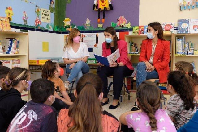 La delegada de Educación, Mercedes García Paine, en una actividad de fomento de la lectura por el Día del Libro