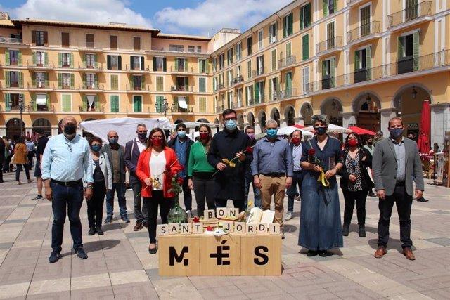 El coordinador de MÉS per Mallorca, Antoni Noguera, junto a otros miembros de la formación en la Diada de Sant Jordi en Palma.
