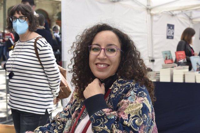 La premio Nadal Najat El Hachmi firma libros en una parada de Barcelona durante la Diada de Sant Jordi de 2021, adaptada a las medidas sanitarias por la pandemia del coronavirus.