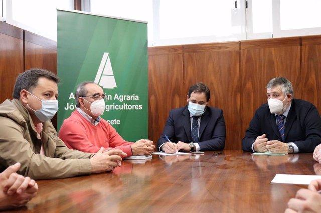 El presidente del PP, Paco Núñez, se reúne con los responsables de Asaja de la provincia  de Albacete.