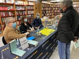 El secretari de Salut Pública Josep Maria Argimon al costat del president del Col·legi Oficial de Metges de Barcelona (COMB), Jaume Padrós, durant la signatura del llibre que han impulsat amb la periodista Gemma Bruna.