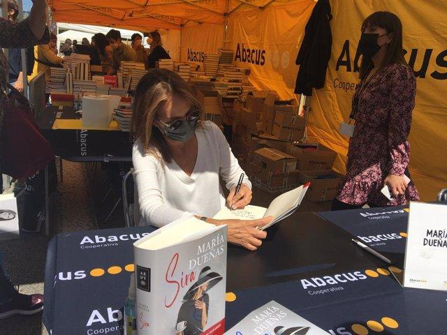 L'escriptora María Dueñas  signa llibres per Sant Jordi.