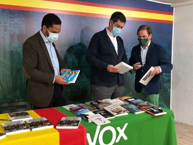 El líder de Vox a Catalunya, Ignacio Garriga, a la seu de Vox de Barcelona al costat de Joan Garriga el dia de Sant Jordi.
