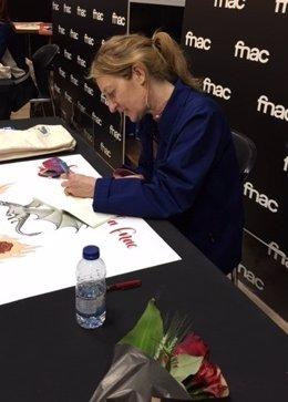 L'escriptora Milena Busquets signa llibres per Sant Jordi.