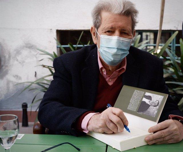 L'editor Jorge Herralde signa exemplars aquest Sant Jordi.