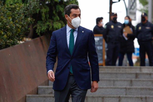 El presidente de la Junta de Andalucía, Juanma, a la llegada a las nuevas instalaciones del Hospital Materno Infantil Virgen de las Nieves de Granada a 22 de abril 2021