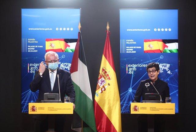 La ministra de Asuntos Exteriores, UE y Cooperación, Arancha González Laya (d), y el ministro de Asuntos Exteriores y Expatriados de Palestina, Riyad Almalki (i), ofrecen una rueda de prensa tras su reunión en el Palacio de Viana, a 23 de abril de 2021, e