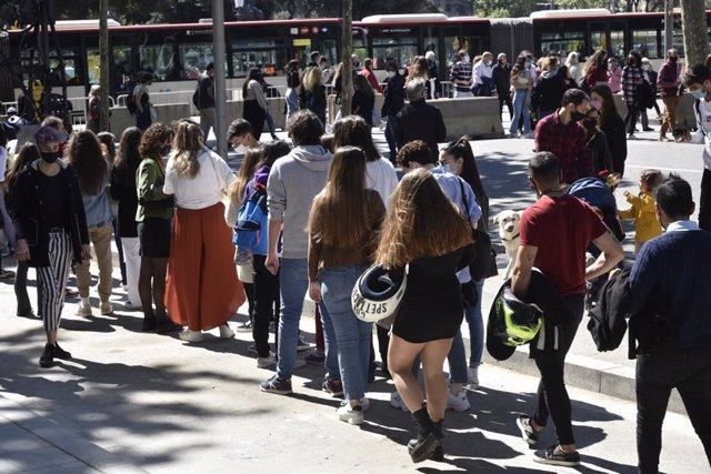 Cues a la plaça de Catalunya de Barcelona.