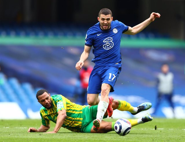 03 April 2021, United Kingdom, London: Chelsea's Mateo Kovacic (R) and West Bromwich Albion's Matt Phillips battle for the ball during the English Premier League soccer match between Chelsea and West Bromwich Albion at Stamford Bridge. Photo: Clive Rose/P