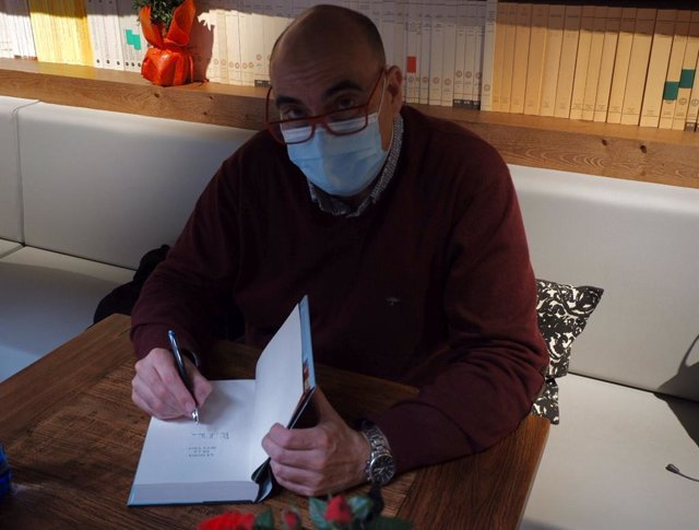 L'escriptor Xavier Bosch signa llibres per Sant Jordi.