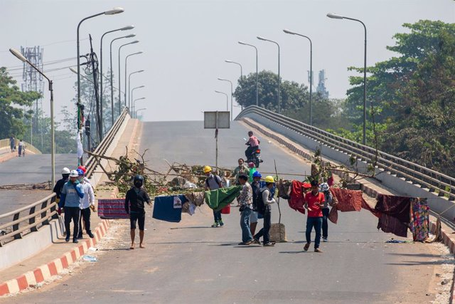 Archivo - 07 March 2021, Myanmar, Yangon: Protesters setting up barricades during a demonstration against the military coup and the detention of civilian leaders. Photo: Thuya Zaw/ZUMA Wire/dpa