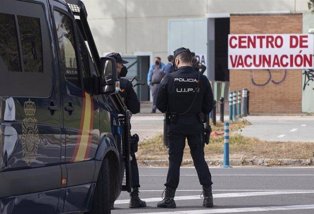 Archivo - Policías nacionales acceden a un centro de vacunación contra la Covid-19