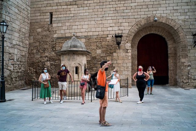 Archivo - Varios turistas junto al Palacio de la Almudaina de Palma.