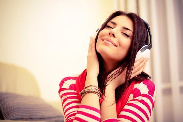 Archivo - Escuchar música. Cascos. Chica escuchando canciones.