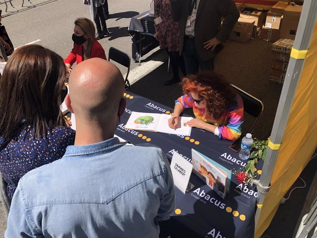La cantant Dàmaris Gelabert signa llibres per Sant Jordi.