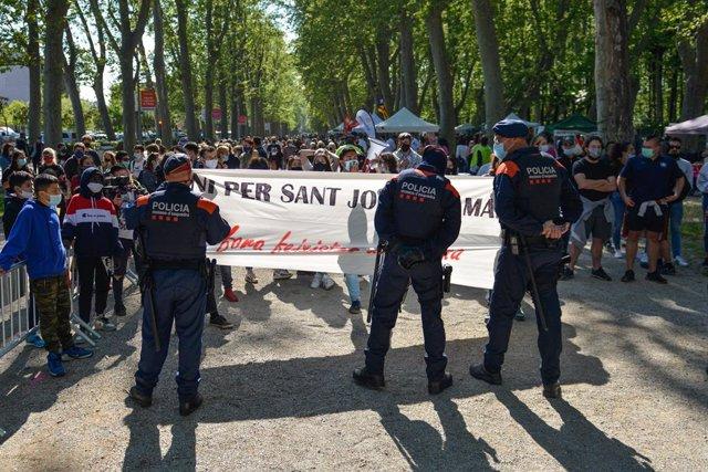 Els Mossos d'Esquadra impedeixen que els manifestants s'acostin a la parada de Vox a Girona.