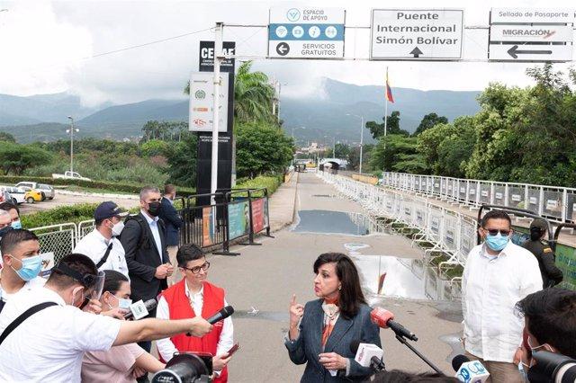 Archivo - La ministra de Exteriores de Colombia, Claudia Blum, junto a su homóloga española, Arancha González Laya, en la frontera con Venezuela.