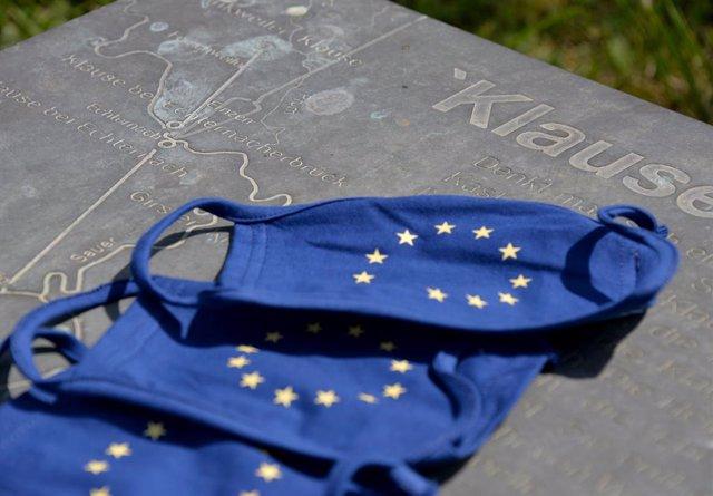 Archivo - Mascarillas con la bandera de la UE