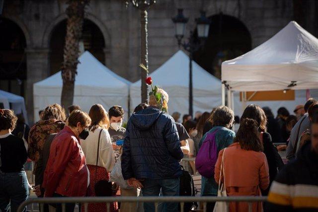 Varias personas en la Plaza Real de Barcelona en el día de Sant Jordi, a 23 de abril de 2021, en Barcelona, Catalunya, (España)