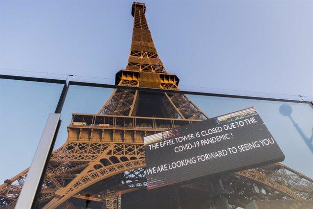 La Torre Eiffel de París con un cartel de cerrado por la pandemia del coronavirus.