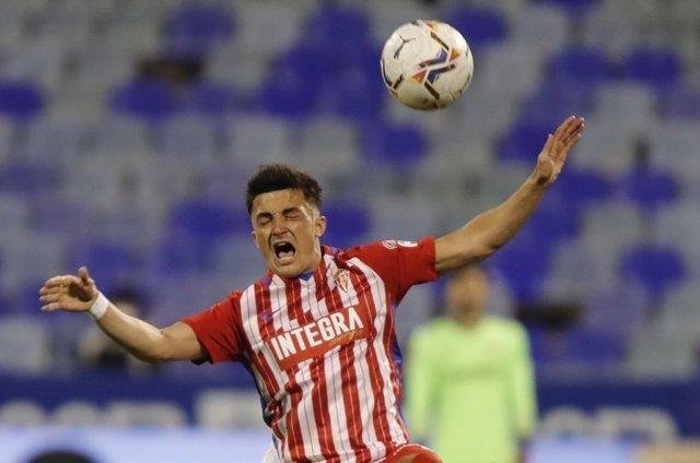 Manu García salta a por un balón en el Zaragoza-Sporting