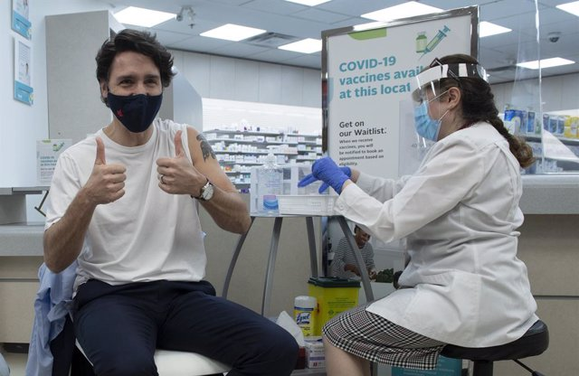 23 April 2021, Canada, Ottawa: Canadian Prime Minister Justin Trudeau gives the thumbs up after receiving his dose of the COVID-19 vaccine in Ottawa. Photo: Adrian Wyld/The Canadian Press via ZUMA/dpa