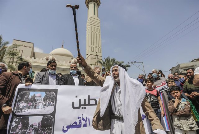 23 April 2021, Palestinian Territories, Jabalya: Palestinians chant slogans during a rally after nightly clashes with Israeli security forces in East Jerusalem after Israeli police prevented access to some areas where Palestinians usually congregate in la