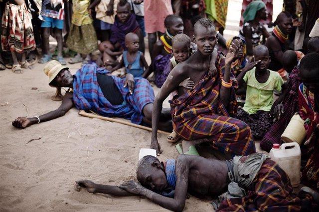 Archivo - Refugiados del Cuerno de África a la espera de recibir asistencia humanitaria