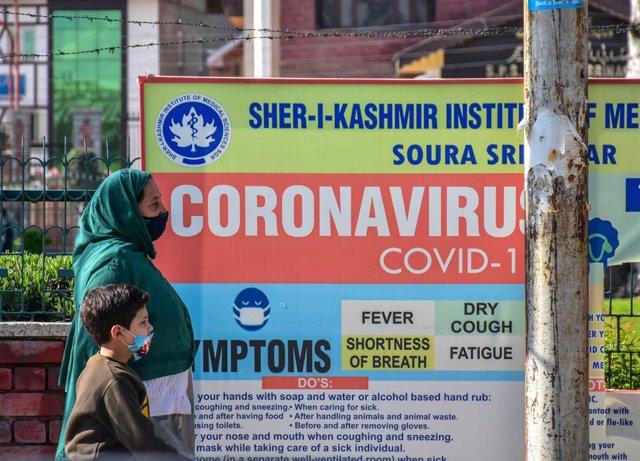 Cartel informativo de la pandemia de Srinagar