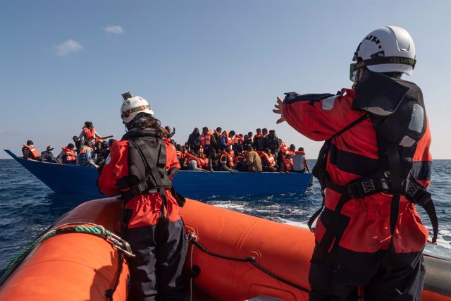 "Archivo - HANDOUT - 28 February 2021, ---: Members of the Sea-Watch 3 rescue team approach a boat with 97 migrants on board. The German sea rescue organization Sea-Watch is operating again in the Mediterranean Sea with its ship ""Sea-Watch 3"". Photo: Selen"