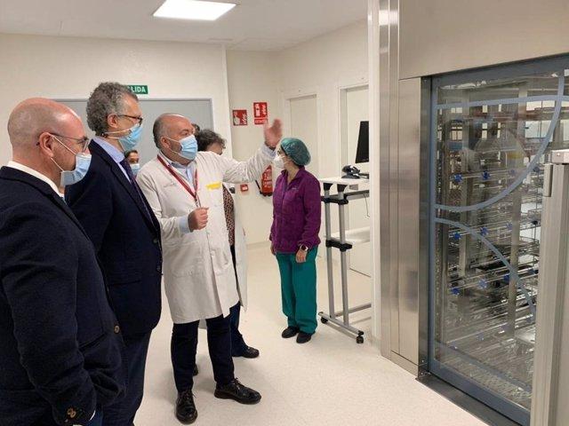 El consejero de Salud, Juan José Pedreño, acompañado por el gerente del Área de Salud de Lorca, Enrique Casado, visitó la nueva central de esterilización del hospital Rafael Méndez